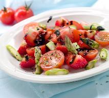 Sałatka ze szparagami, truskawkami i pomidorami