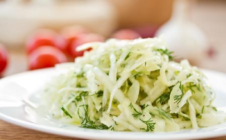 Przaśna surówka z białej kapusty przyprawionej ziołami