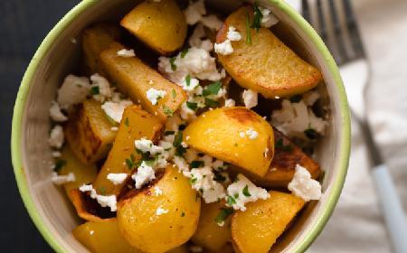 Smażone ziemniaki z ziołami i serem feta: po prostu pyszne!
