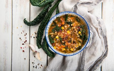 Wegański krupnik z jarmużem i kukurydzą