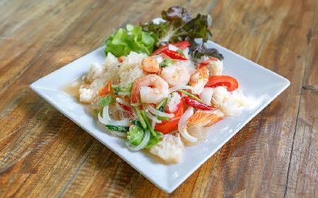 Tajska sałatka z owocami morza i makaronem sojowym - SAŁATKA YUM