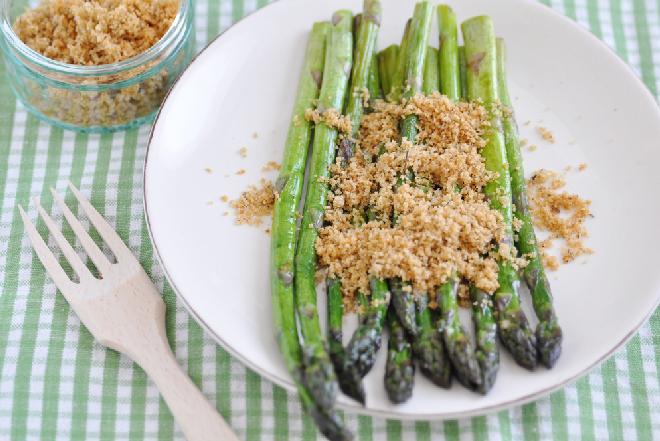 SZPARAGI z bułką tartą - najprostszy przepis na danie obiadowe ze szparagów