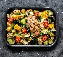 Pierś kurczaka pieczona z letnimi warzywami: pomysł na obfity obiad z piekarnika