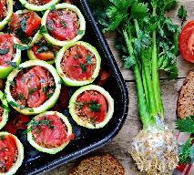 Pieczone cukiniowe krążki nadziewane mielonym mięsem i świeżymi pomidorami