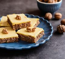 Orzechowe ciasto z polewą z żółtek: łatwy przepis na przepyszny deser