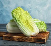 Surówka z kapusty pekińskiej z ogórkiem konserwowym: łatwy przepis na pyszną sałatkę obiadową