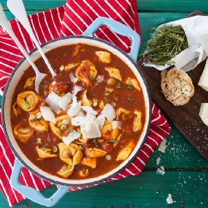 Pomidorowa z papryką i tortellini: ekspresowa zupa gotowymi pierożkami