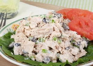 Sałatka z wędzonej makreli z cykorią i oliwkami