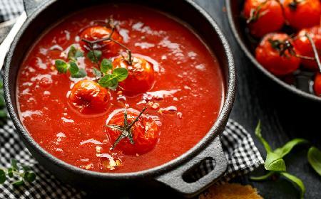 Zupa ze świeżych pomidorów z bazylią