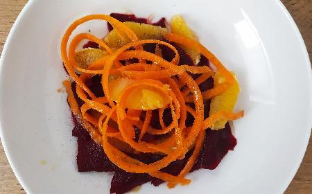 Buraczana sałatka z marchwią i pomarańczami