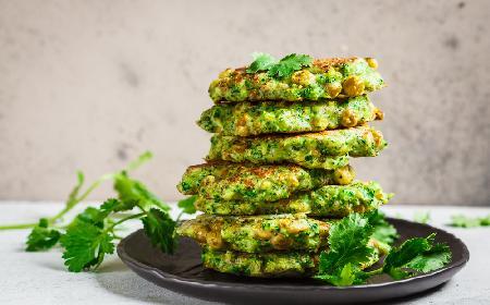 Sycące placki brokułowe z ciecierzycą: łatwy przepis na pożywny obiad wegański