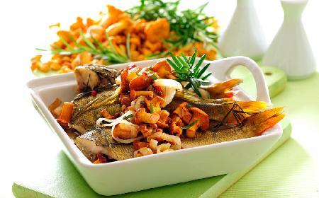 Ryba po myśliwsku z kurkami: przepis na rybę z pieca