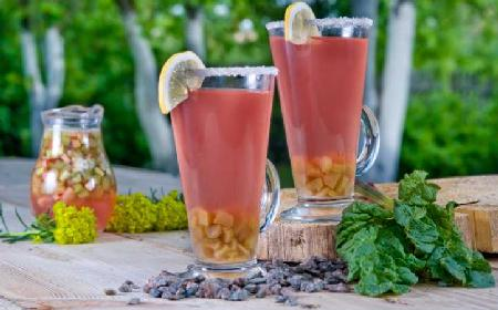 Kompot z rabarbarem i goździkami - pyszny napój na ciepłe dni