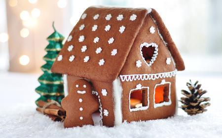 Podświetlana chatka z piernika: przepis na smaczną i piękną dekorację