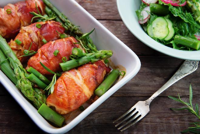Pierś kurczaka pieczona w boczku z marchewką, groszkiem i szparagami