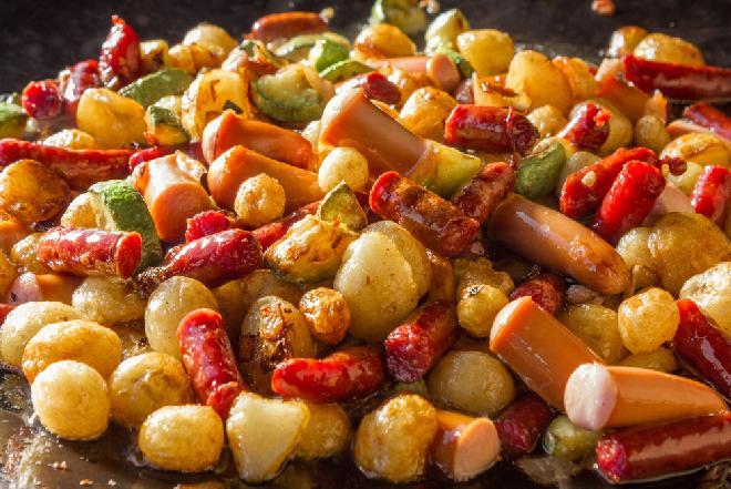 Letnie warzywa pieczone z kiełbaskami