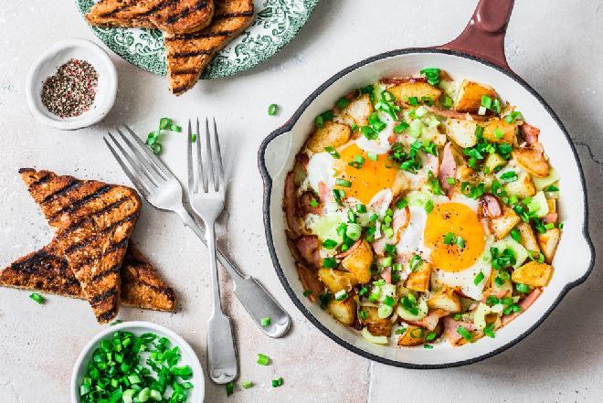 Smażone ziemniaki z sadzonym jajkiem po amerykańsku