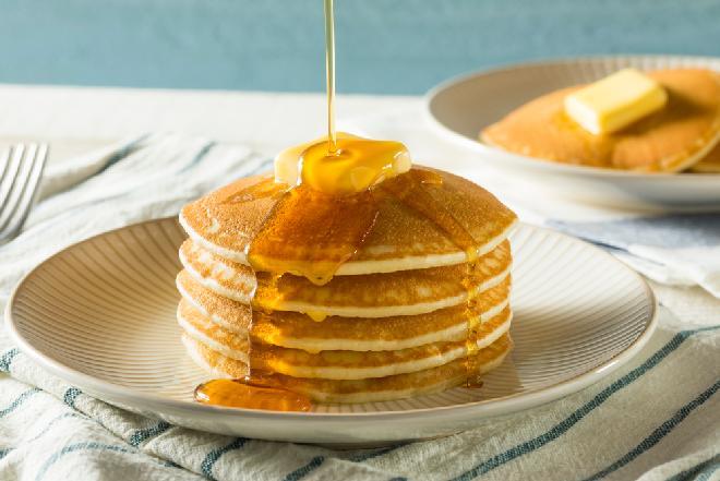 Puszyste naleśniki twarogowe: przepis na sycące śniadanie