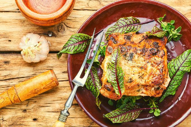 Schab nadziewany szczawiem i boczkiem: łatwy przepis na efektowny obiad