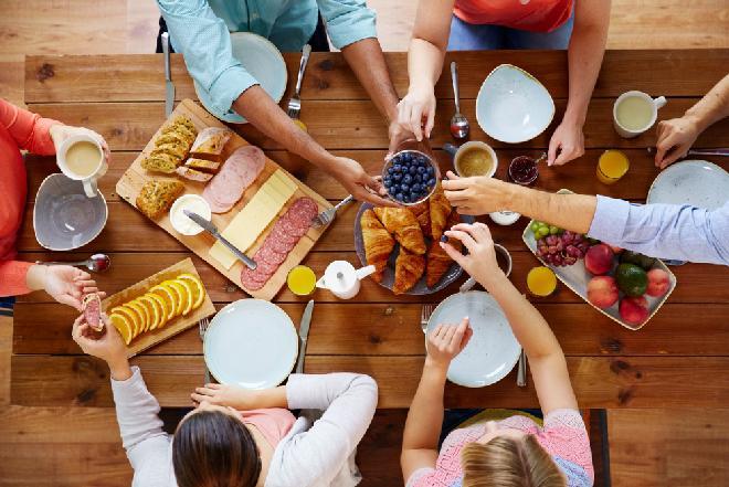 Sobotnie śniadanie z przyjaciółmi: jak przyjąć gości w domu śniadaniem? Co i jak podać?
