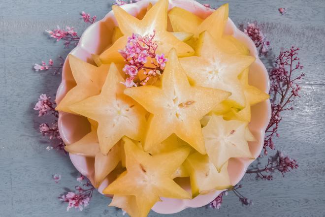 Tajski deser z karambolą - przepis na pyszny sos z mango i pomarańczy z karambolą i migdałami