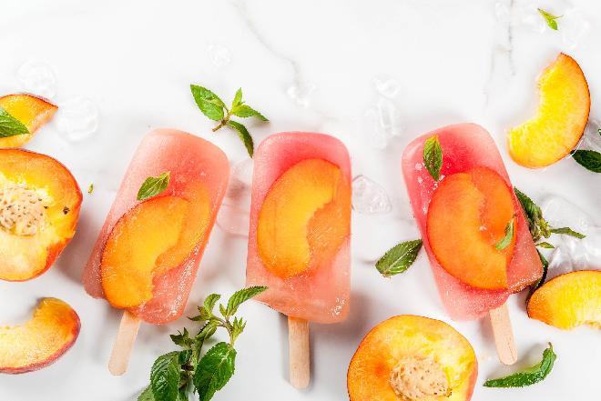 Domowe lody wodne na patyku: jak zrobić lody brzoskwiniowe? [QUIZ]