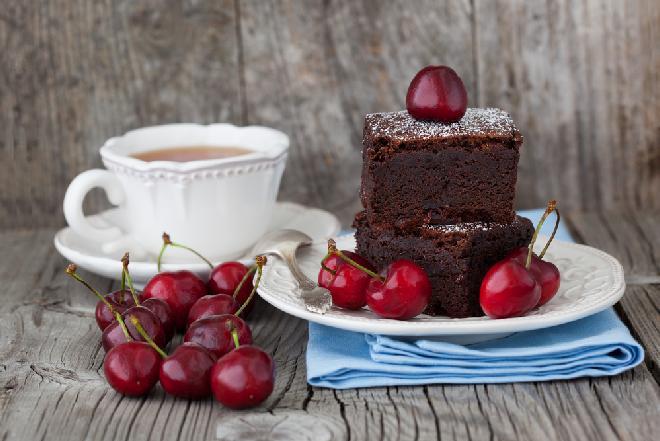 Ciasto czekoladowe z wiśniami – jak je upiec?